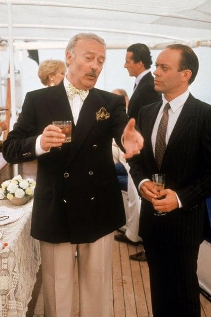2/3 - Agatha Christie: L'uomo dall'abito marrone