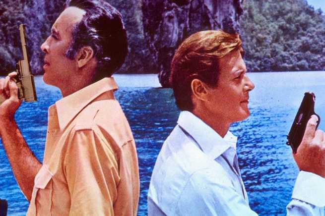 2/4 - Agente 007. L'uomo dalla pistola d'oro