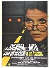 La signora dell'auto con gli occhiali e un fucile
