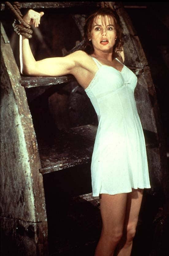 Geena Davis in una scena del film Spy dove viene legata alla ruota di un mulino e immersa in acqua